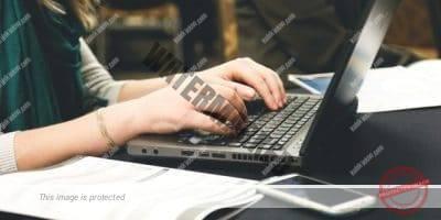 ketik di laptop